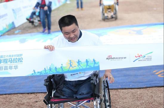 安徽蓝天跑团亮相三十岗马拉松 让社会各界关注残疾人