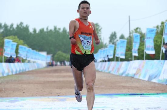 坚强跑者任耀:失去双臂却成为跑道上的强者