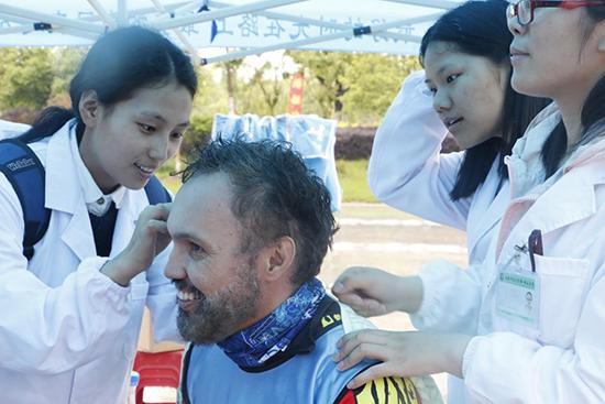 志愿者潘燕阳为Chars进行耳穴疗法