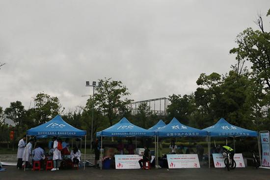 大雨中忙碌的志愿者们