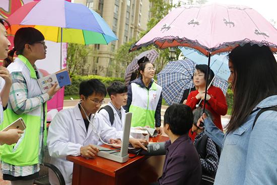 社区居民前来咨询健康知识并进行健康检测