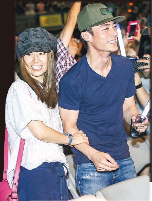 林心如与男友霍建华合体欣赏林忆莲演唱会,甜蜜蜜。