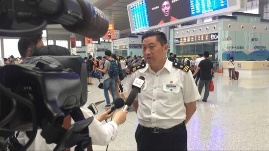合肥火车站副站长李传宝介绍合福高铁开通一周年运营情况