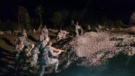 """解放军陆军军官学院""""猛虎二旅""""的战士们连夜奋战-直击暴雨 陆军军"""