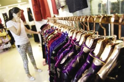 一位顾客正在挑选服饰