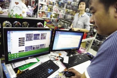 一家动漫店老板在经营自己的网店