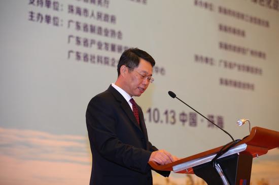 图为广东省政府副秘书长钟旋辉在会上致辞