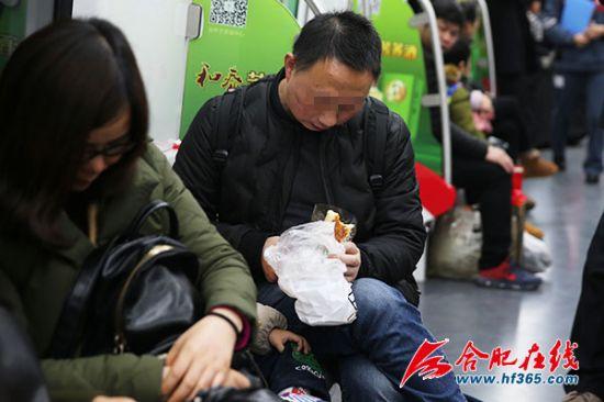 巡查队员对这对父子在车厢内饮食的行为进行了劝阻