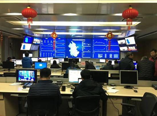 中国电信安徽公司电信工程师们认真监控网络与业务状态