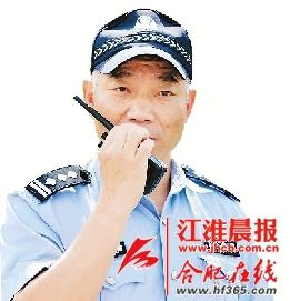 初四,合肥民警陈春芳倒在工作岗位上。