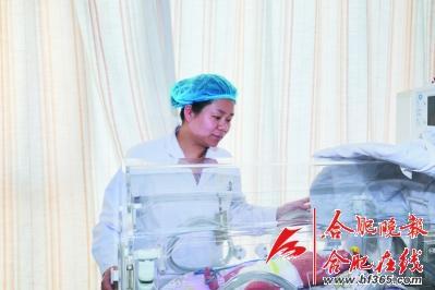 胎儿岌岌可危 值班医生单膝跪地手托脐带30分钟