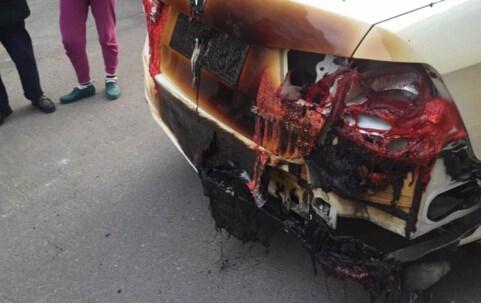 私家车尾部被燃着