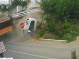 监控:卡车路口遭火车撞击 瞬间断成两截