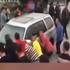 女司机堵路惹众怒 人并车被抬走