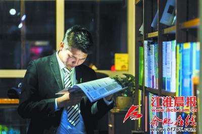 家住附近的张先生一直有夜间逛书店的习惯。