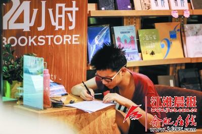 今年高二的小赵在书店里疯狂地写着数学试卷。