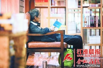 罗老放下行李和茶杯,开始一个人的夜读时光。