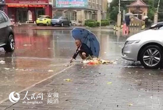 安徽颍上一老人徒手疏通下水道获点赞