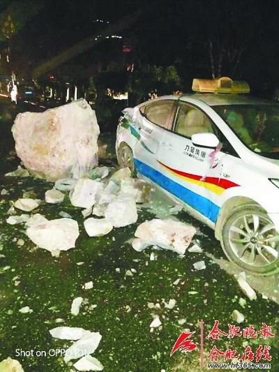 九寨沟地震中受损的出租车(8月8日摄)。新华社 发