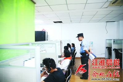 民警正在对电催人的工作进行排查。