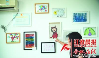 学校的工作人员在介绍孩子们创作的作品