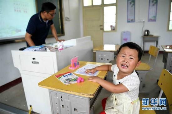 9月5日,3岁多的唐文先在课堂上啼哭。