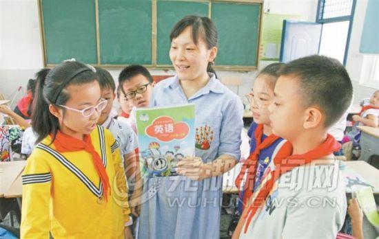 胡贞贞老师利用课余时间辅导学生
