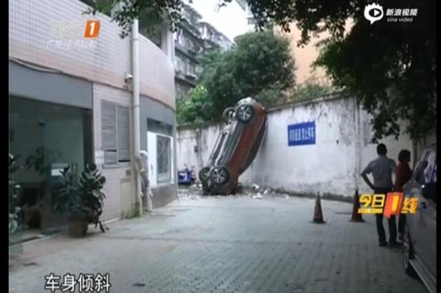 """险 汽车从停车楼""""飞下""""幸无人伤"""