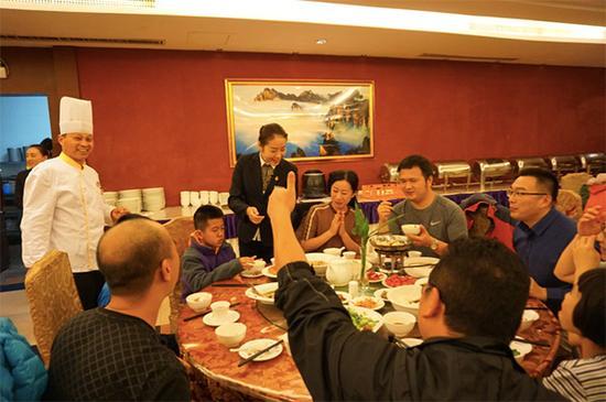 来自福建的游客为钱升林竖起大拇指