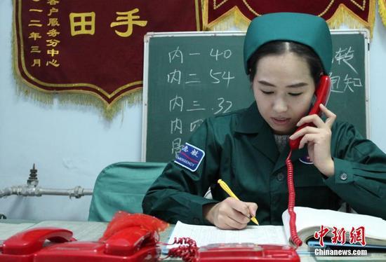 10月1日,河北省张家口市宣化区医院120急救中心顾文丽在接听电话。中新社发 陈晓东 摄 图片来源:CNSPHOTO