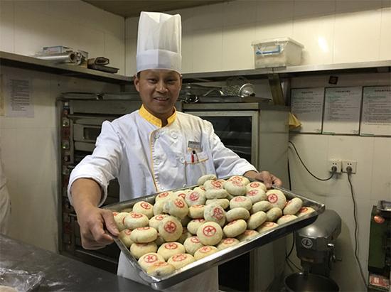 钱升林自制的五仁小月饼