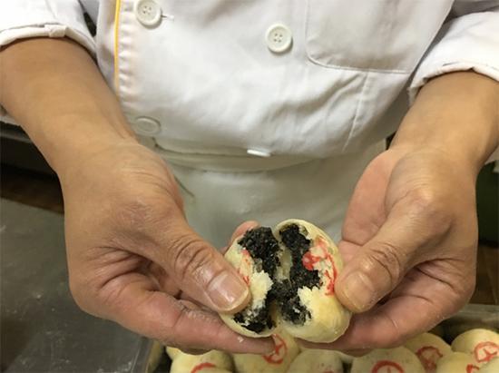 钱升林自制的手工五仁月饼里面配有芝麻仁、核桃仁、松子、果仁、果脯和冰糖