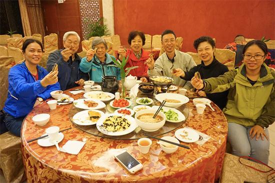 83岁的郑教授和家人