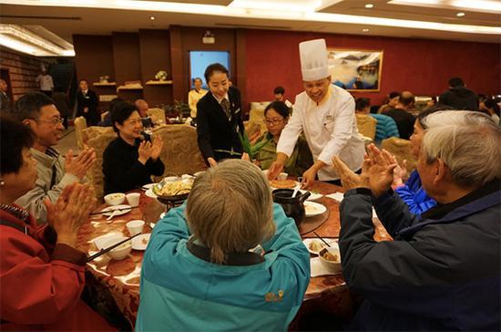 钱升林为83岁的郑教授和家人送上月饼和中秋祝福