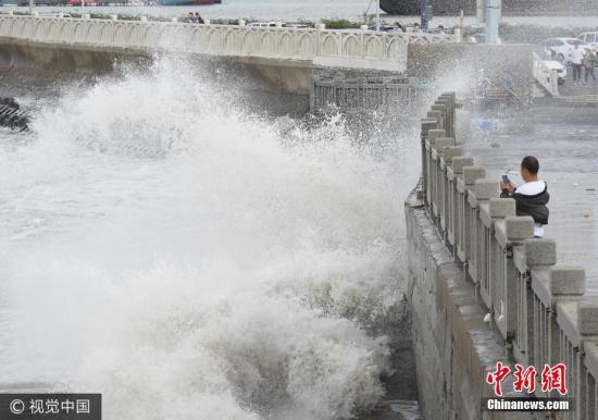 0月2日,游客在连云港市连云区海岸边观赏巨浪。当日,受冷空气影响,江苏连云港沿海出现大风,海滨掀起阵阵巨浪。耿玉和 摄 图片来源:视觉中国