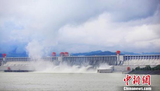 10月5日,三峡大坝再次开闸泄洪。 本文图均为 中新网 图