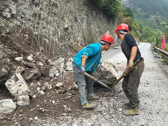 施工人员正在清理景区内的落石。 澎湃新闻记者 王鑫 图