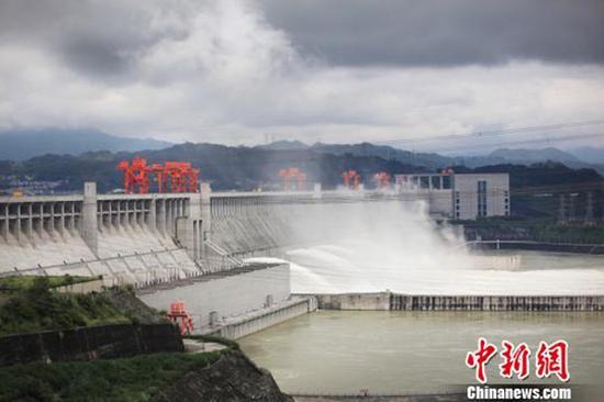 三峡大坝泄洪场面壮观。