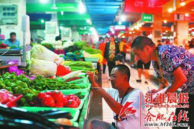 十里店菜市场的工作人员正在市场内巡查。