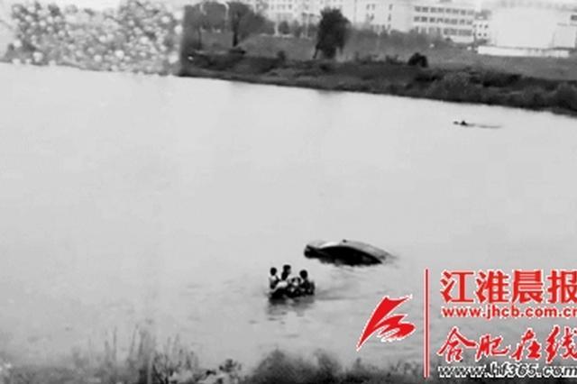 轿车落水市民被困 途经民警跳河救三人