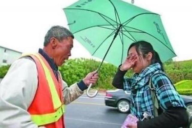 亳州市一环卫工人路边捡7万元 雨中等失主两小时