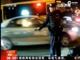 男子路口晕倒 民警车流中守护