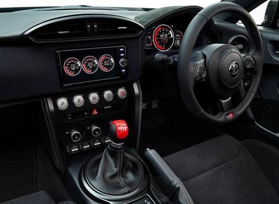 车内采用了全黑设计,整体布局延续了丰田86的设计,并增加了了全液晶仪表和中控触屏等。有趣的是,新车采用了按键式换挡并集成在中控台位置,而换挡杆设计成传统手动挡的H形挡槽,在手动模式下采用与手动挡类似的换挡操作。动力方面,新车将采用THS-R混合动力系统。   Tj Cruiser Concept概念车   Tj Cruiser Concept概念车在2017东京车展正式亮相,新车定位于一款跨界SUV概念车,采用了硬朗方正的外观设计,并配备了类似MPV的侧滑门,车内座椅可以完全放平增加空间灵活性。