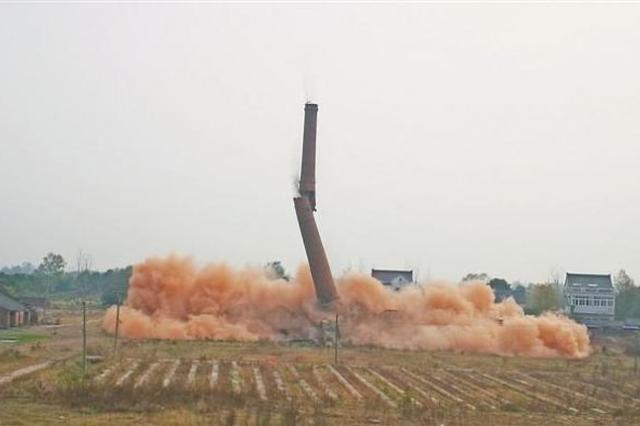 """芜湖:48米高""""地标""""烟囱成功爆破"""
