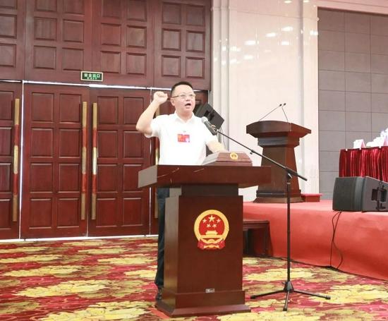 当选的县人民政府县长汪凯向宪法庄严宣誓