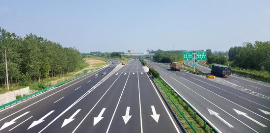 作为合肥东部4条高速公路的咽喉连接线,合肥绕城高速东环线是安徽省唯一一段双向十车道高速公路,2017年扩容改造后,通行能力实现倍增。