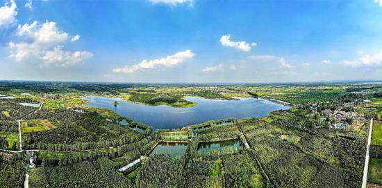 俯瞰肥东县八斗镇南鲁水库周围。高德升 记者 郭如琦 摄