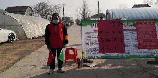 五岔社区五保户孙尚景到值守点申请自愿加入值守看管工作。