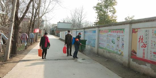 五岔社区贾为前、曹惠芹、杨明根、杨明栓4位党员同志积极响应疫情防控号召,主动参与村庄消毒工作。