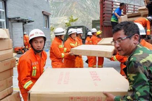 安庆市救助管理站:肩扛手抬搬运上百吨抗洪救灾物资